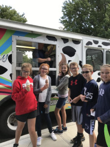 picture of students enjoying ice cream from summer reading challenge